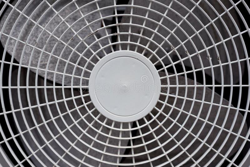 Stäng sig upp av den vita luftkonditioneringsapparatskyddsgallret Elektronikbransch a arkivfoto