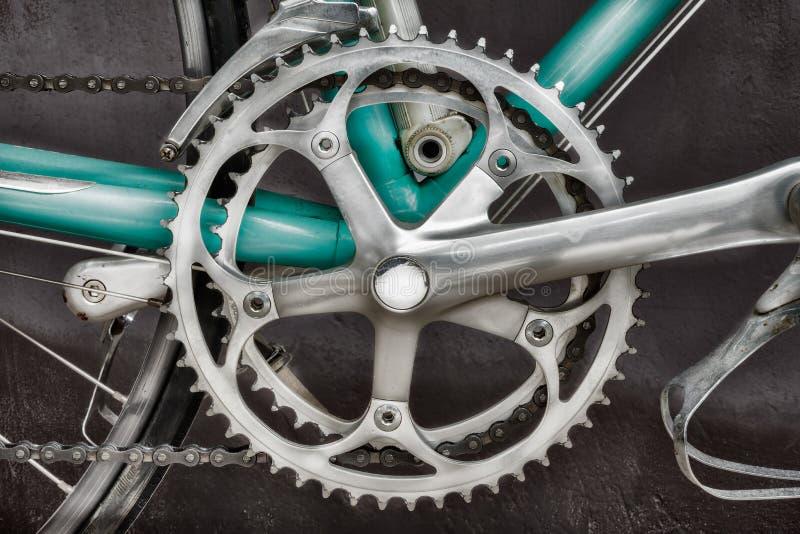 Stäng sig upp av derailleuren av seventies för en tappning som springer cykeln royaltyfri foto