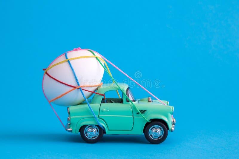 Stäng sig upp av det easter ägget som binds med mångfärgade rader på bilabstrakt begrepp royaltyfri fotografi