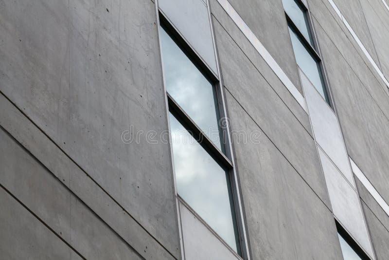Stäng sig upp av det glass fönstret av byggnaden arkivbild
