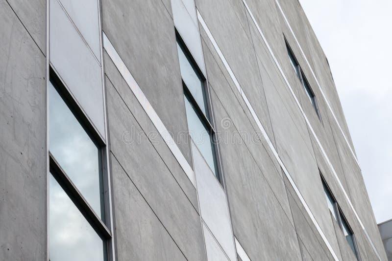 Stäng sig upp av det glass fönstret av byggnaden arkivfoto