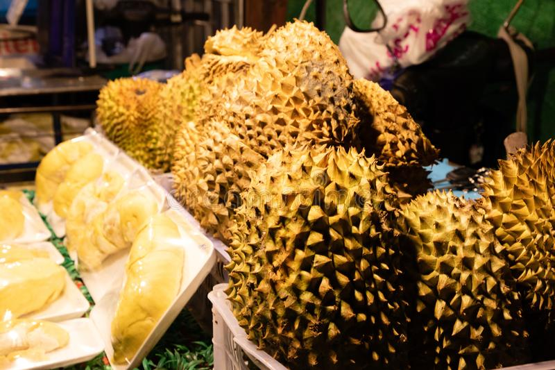 Stäng sig upp av dorian frukter i en marknad på natten arkivbild