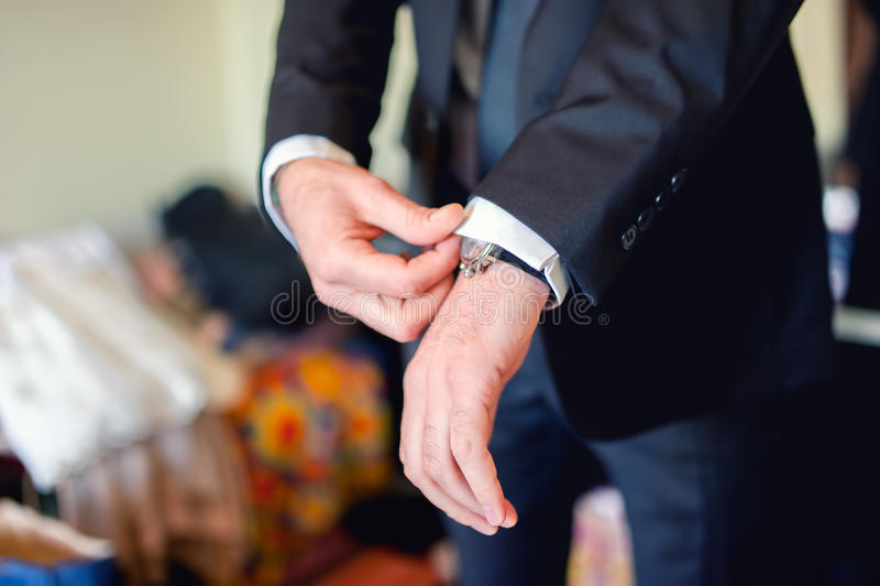 Stäng sig upp av elegant man, ansa händer med dräkter, cirkeln, slips royaltyfria bilder