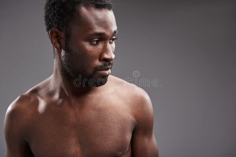 Stäng sig upp av en afro amerikansk man som åt sidan ser royaltyfria foton
