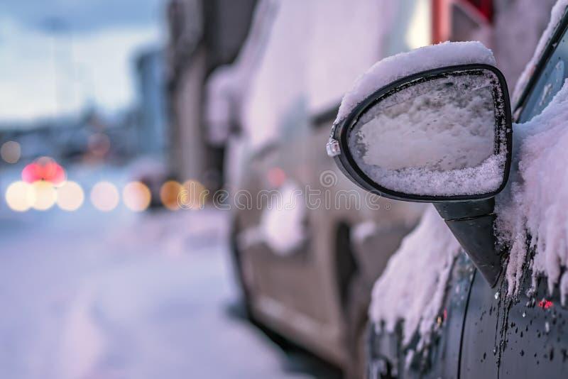 Stäng sig upp av en bilspegel som täckas i snö royaltyfri fotografi