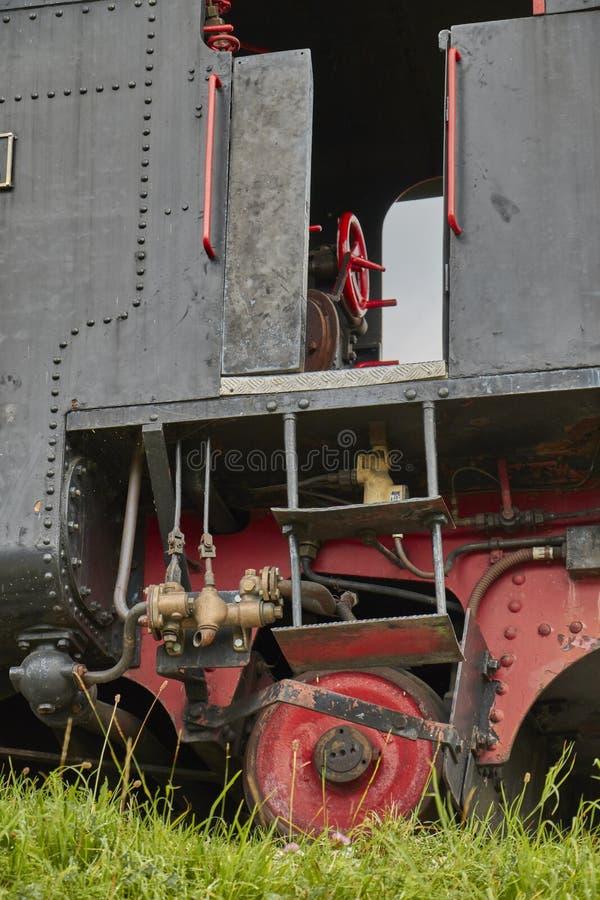 Stäng sig upp av en chaufförcabine och hjul av en gammal ångabergbana i Österrike royaltyfri bild