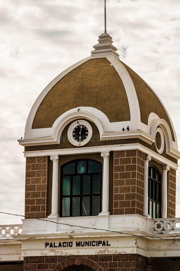 Stäng sig upp av en gammal byggande fasad i Guaymas, Mexico arkivfoton