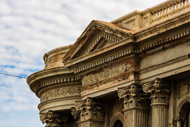 Stäng sig upp av en gammal byggande fasad i Guaymas, Mexico arkivfoto