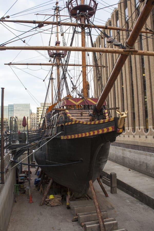 Stäng sig upp av en gammal handelsfartyg utan vatten i hamnen i London, Förenade kungariket royaltyfri foto