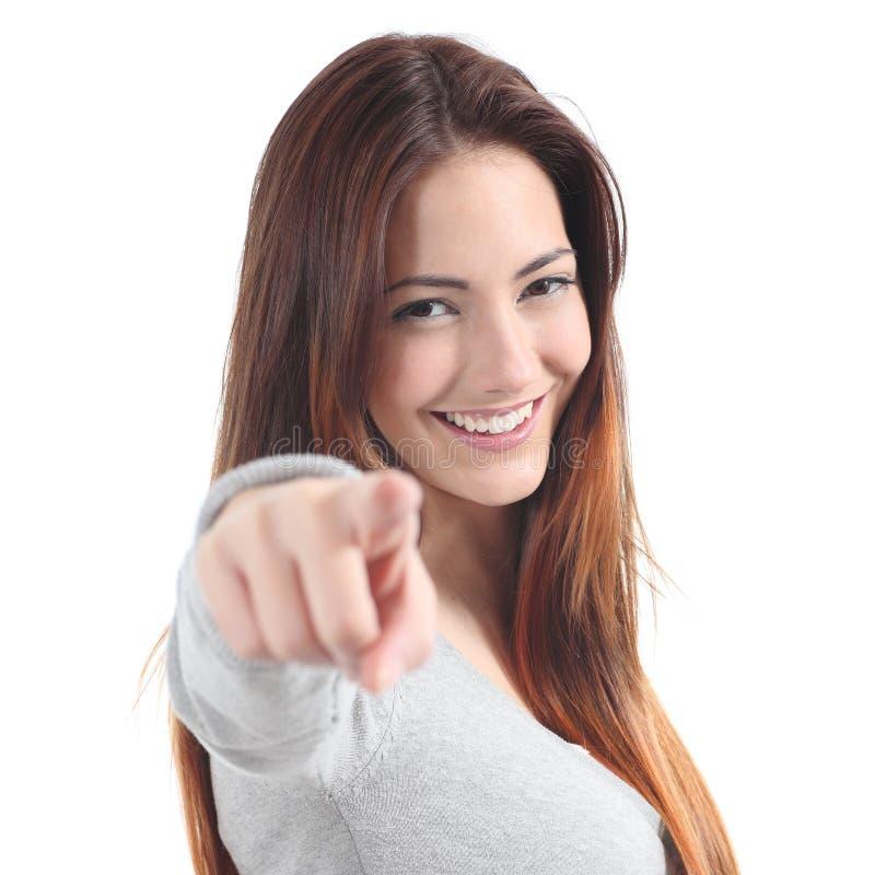 Stäng sig upp av en härlig tonåring som ler och pekar på kameran arkivbilder