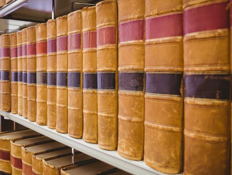 Stäng sig upp av en hylla av gamla böcker royaltyfria foton