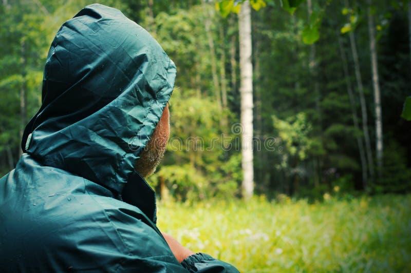 Stäng sig upp av en manlig nacke Den okända mannen går till den djupa skogen royaltyfria bilder