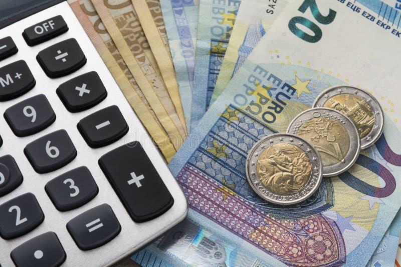 Stäng sig upp av en räknemaskin och europengar i en finansiell analysering arkivbilder