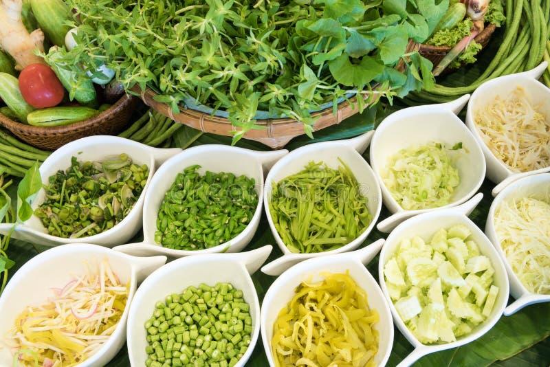Stäng sig upp av en sallad med nya grönsaker royaltyfri bild