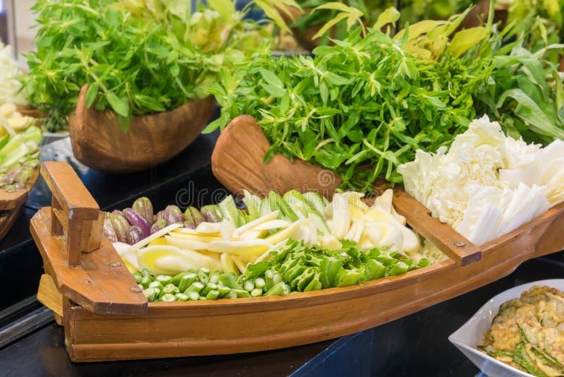 Stäng sig upp av en sallad med nya grönsaker fotografering för bildbyråer