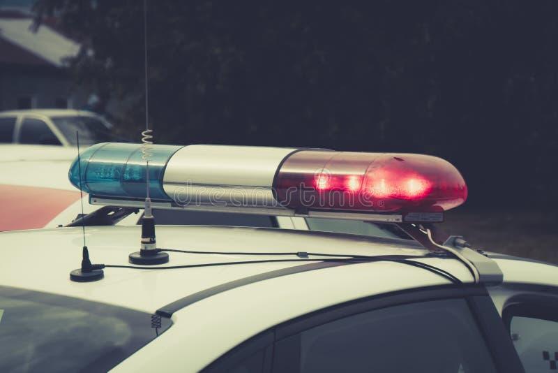 Stäng sig upp av en swithched roterande fyr av en polisbil ?verkanten av polisbensindrivna bilen med blinkern och antenner En ben royaltyfri bild