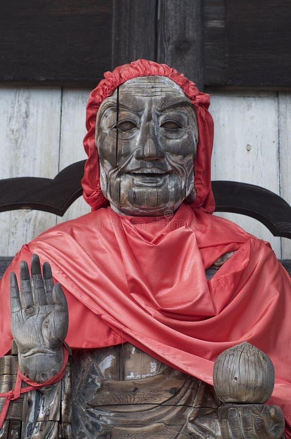 Stäng sig upp av en träBinzuru staty på den Todai-ji templet i Nara, Japan royaltyfri bild