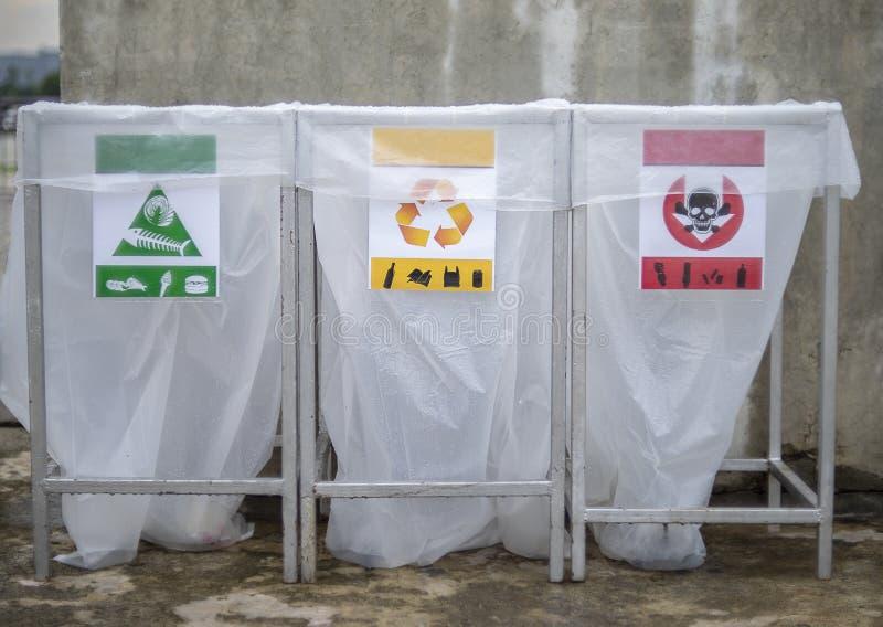 Stäng sig upp av en uppsättning av återanvändningsfack med färg kodifierade avsnitt för allmän avfalls arkivfoto
