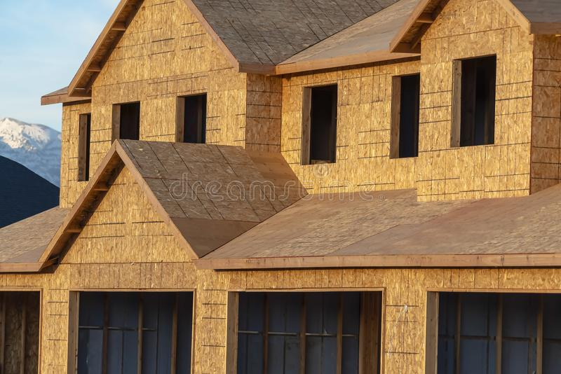 Stäng sig upp av en yttersida för nytt hus med det oavslutade väggtaket och fönster arkivbilder