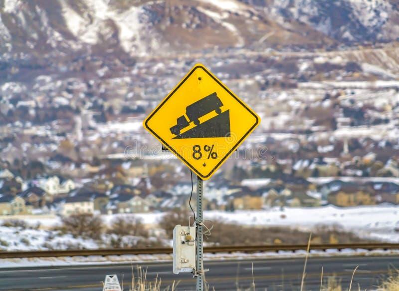Stäng sig upp av ett gult vägkvalitetstecken med en lastbil på lutningsillustration arkivbild