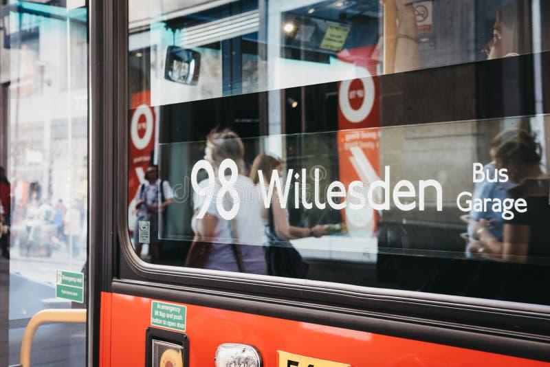 Stäng sig upp av ett rött för bussnummer för dubbel däckare tecken i London, UK royaltyfri bild