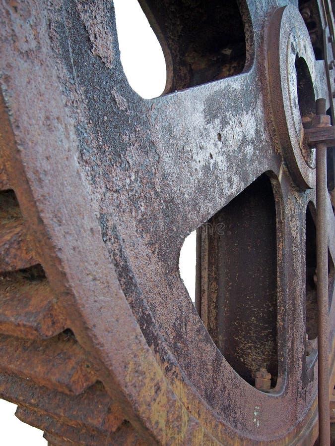 Stäng sig upp av ett stort stål rostat kuggehjul med stora kugghjultänder royaltyfria foton
