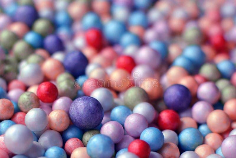 Stäng sig upp av färgrika skumbollar eller pärlor fotografering för bildbyråer