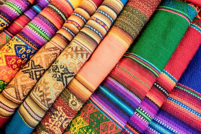 Stäng sig upp av färgrika textiler i Peru Market royaltyfria bilder