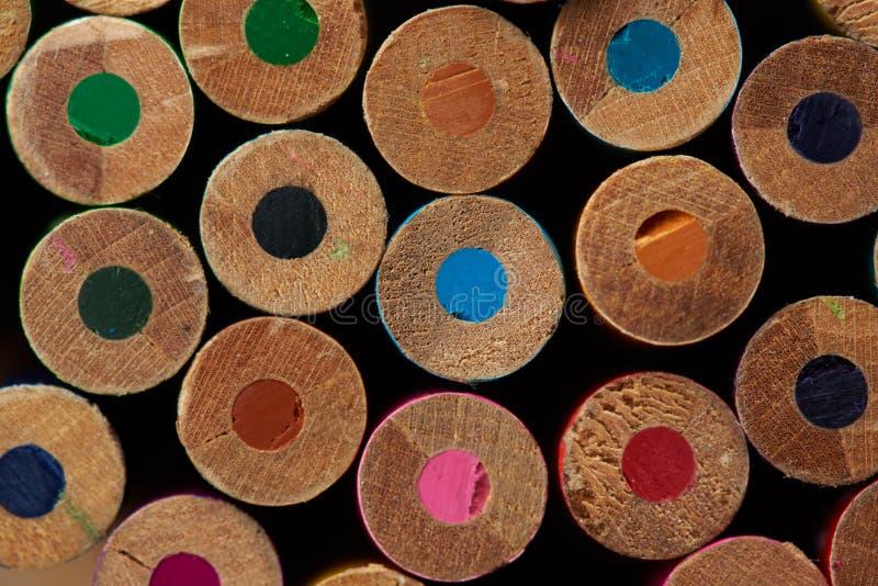 Stäng sig upp av färgrika tillbaka blyertspennor royaltyfri fotografi