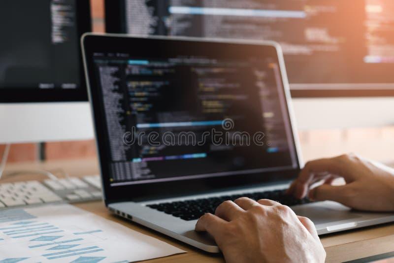 Stäng sig upp av för websitebärare för händer som den moderna mannen skriver och skriver koden för programwebsite och i regerings arkivfoton