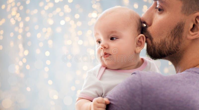Stäng sig upp av fader som kyssande små behandla som ett barn dottern arkivbilder