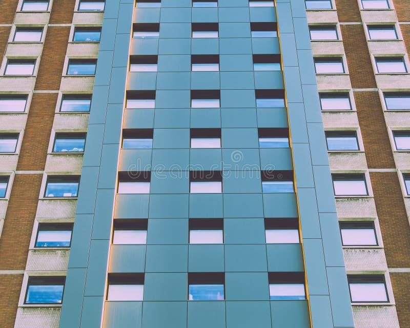 Stäng sig upp av fasad av den moderna höga löneförhöjningen som bygger A royaltyfri bild