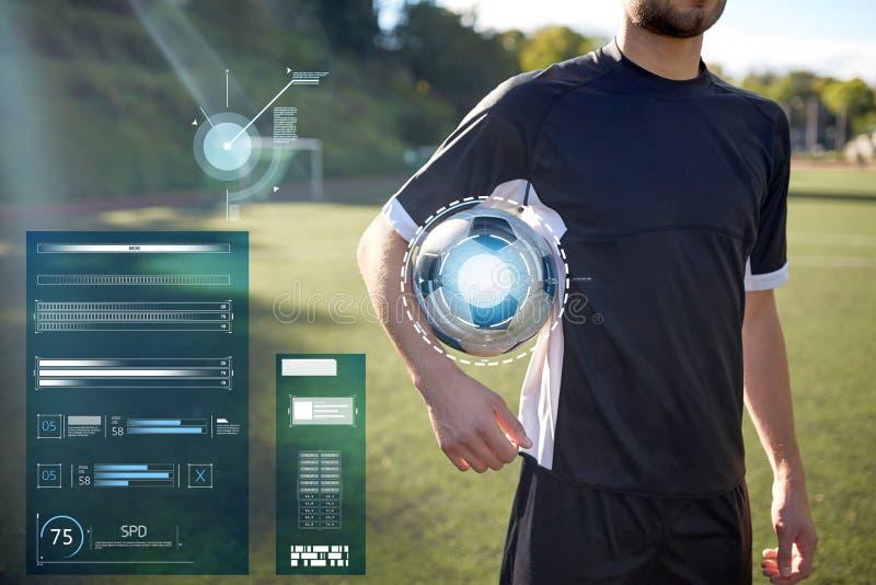 Stäng sig upp av fotbollspelaren med fotboll på fält arkivfoton
