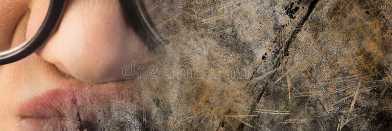 Stäng sig upp av frustrerad kvinna med exponeringsglas och bryna grungeövergången royaltyfria bilder