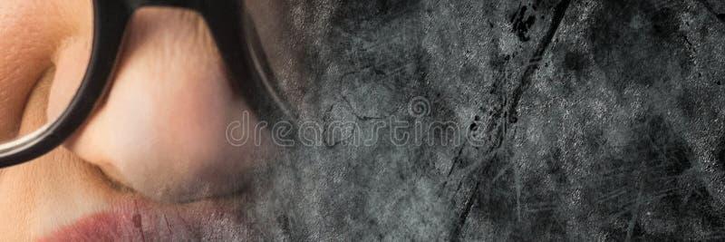 Stäng sig upp av frustrerad kvinna med exponeringsglas och grå grungeövergång royaltyfria foton