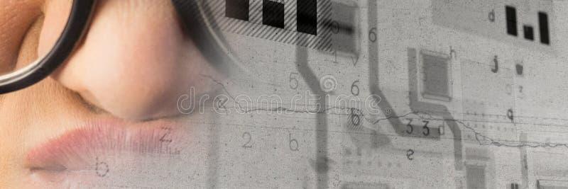 Stäng sig upp av frustrerad kvinna med exponeringsglas och smart techövergång för grå grunge arkivfoton