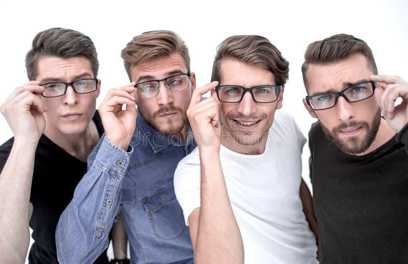 Stäng sig upp av fyra lyckliga kollegor som arbetar i exponeringsglas arkivfoton