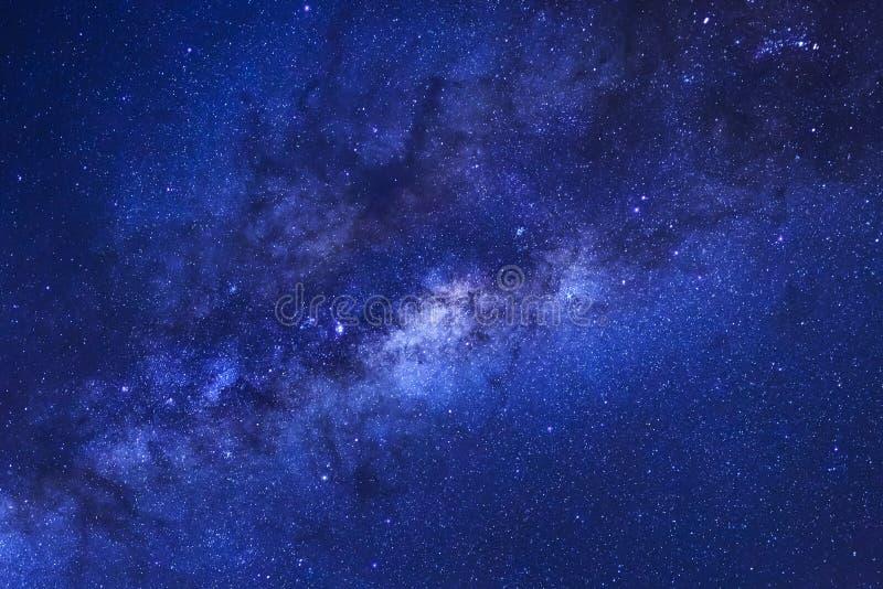 Stäng sig upp av galax för klart mjölkaktig väg med stjärnor och göra mellanslag damm I arkivfoton