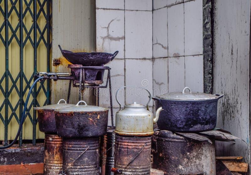 Stäng sig upp av gamla laga mat ställen utanför huset på Hano, Vietnam, gammal kökutrustning, gasugnen, krukor, kokkärlet och pan arkivfoton