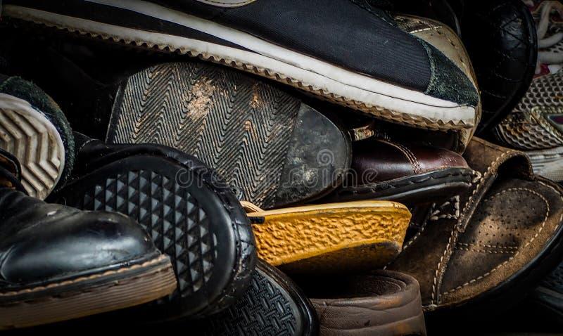 Stäng sig upp av gamla smutsiga manliga skor använda skor Hög av gamla skor Många av den smutsiga manskon Manskosamling med inte  arkivfoto