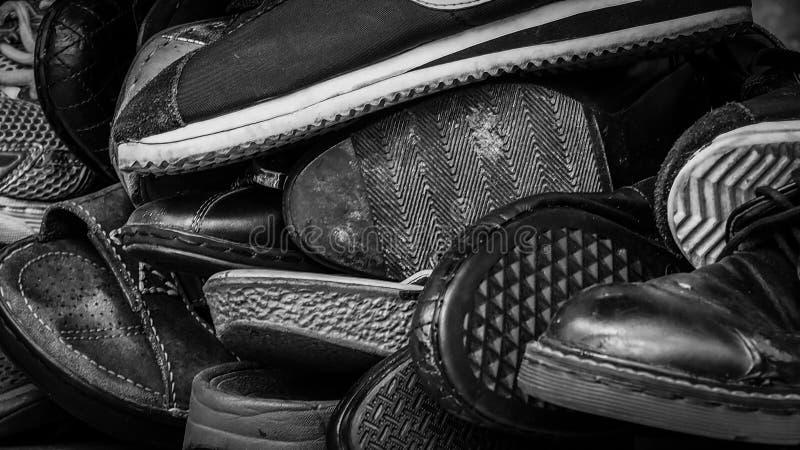 Stäng sig upp av gamla smutsiga manliga skor använda skor Hög av gamla skor Många av den smutsiga manskon Manskosamling med inte  arkivfoton