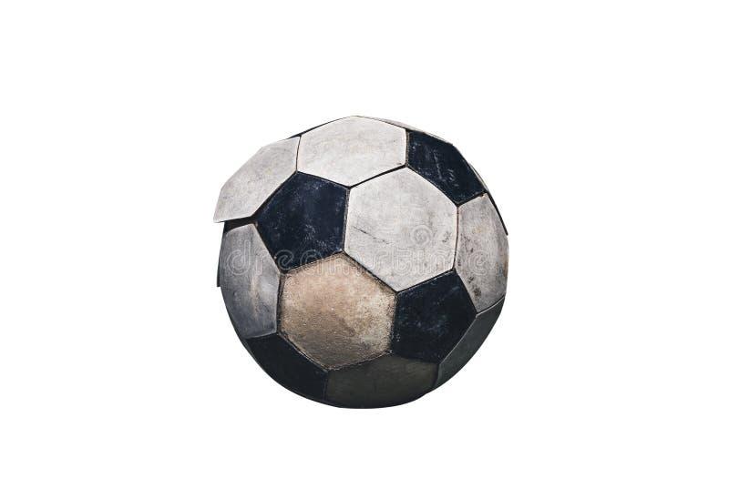 Stäng sig upp av gammal och smutsig fotbollboll Isolerat på den vita backgroen arkivfoton