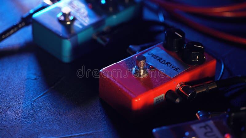 Stäng sig upp av gitarrpedaler maskin för musikeffektögla Moget frö av granatäpplet royaltyfria foton