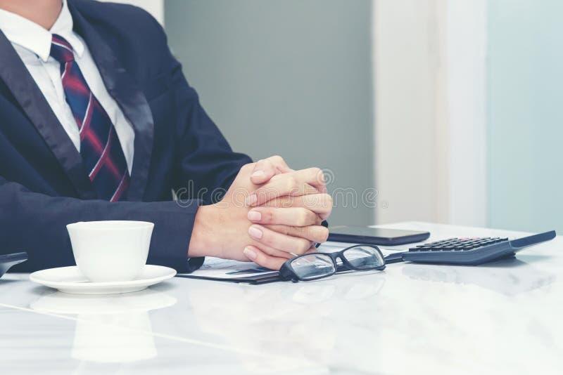 Stäng sig upp av händer av affärsfolk under ett nytt projekt för möte, för framgång och för start upp i regeringsställning arkivbild