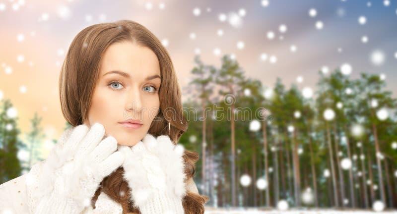 Stäng sig upp av härlig kvinna över vinterskog royaltyfria foton