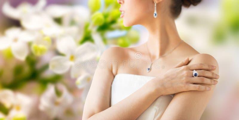 Stäng sig upp av härlig kvinna med fingercirkeln fotografering för bildbyråer