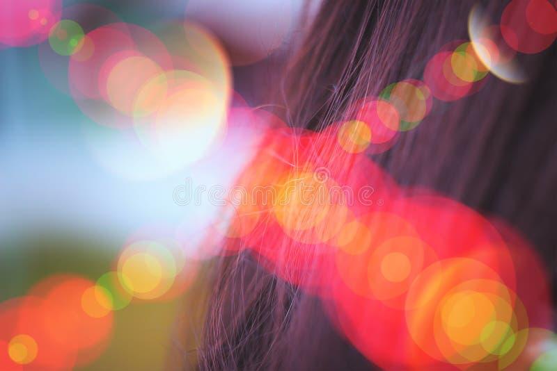 Stäng sig upp av härlig ung kvinna på solnedgången arkivfoto