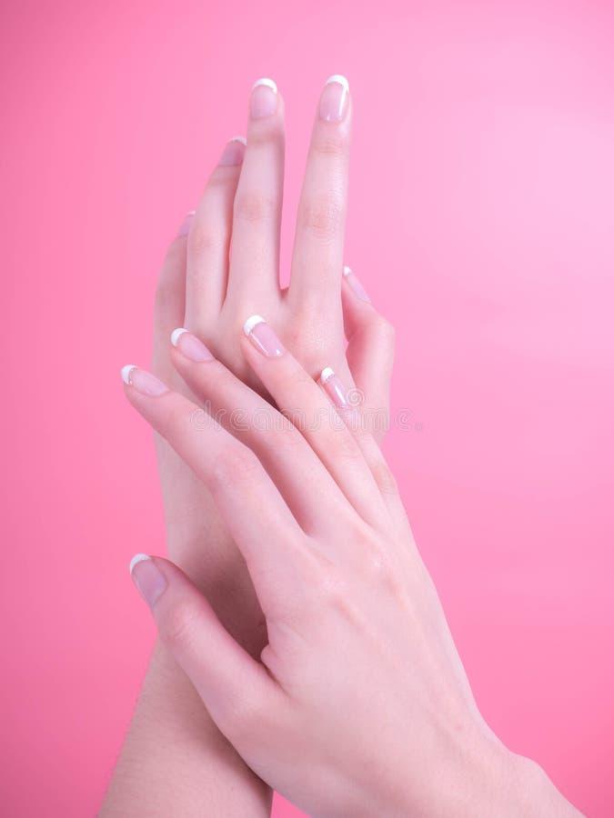 Stäng sig upp av härliga kvinnahänder Spa och manikyrbegrepp kvinnligfransmannen hands manicuren Mjuk hud, skincarebegrepp arkivbilder