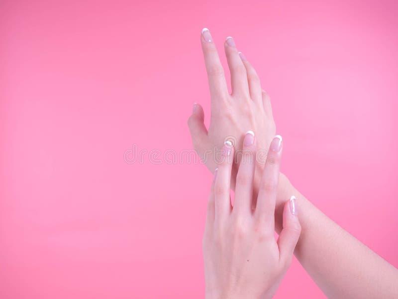 Stäng sig upp av härliga kvinnahänder Spa och manikyrbegrepp kvinnligfransmannen hands manicuren Mjuk hud, skincarebegrepp royaltyfria bilder