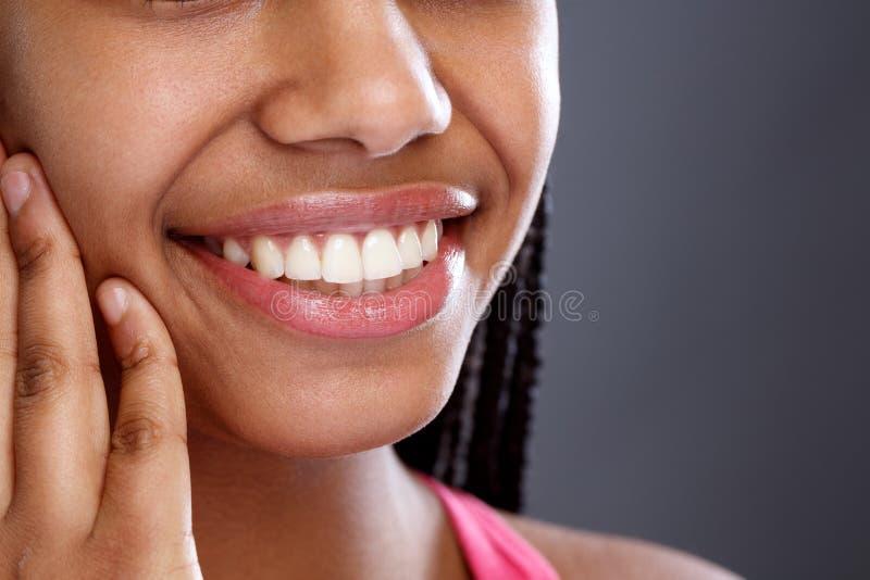 Stäng sig upp av härliga vita tänder royaltyfria foton